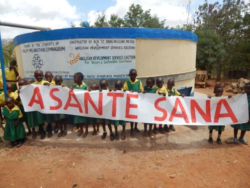 Kenianische Schüler bei der Einweihung des PMG-Wassertanks